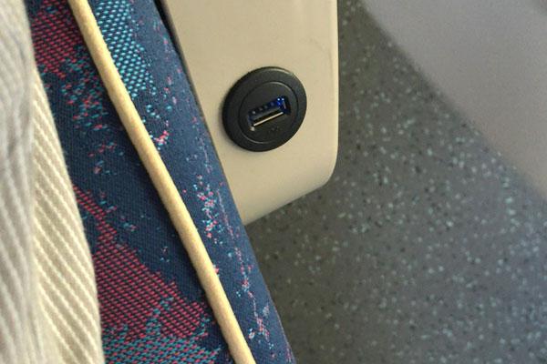 USBケーブルを直接繋ぐタイプの場合もあります。